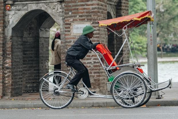 Chùm ảnh: Không khí lạnh rất mạnh tràn về, người dân Hà Nội co ro trong áo phao và những cái ôm - Ảnh 16.