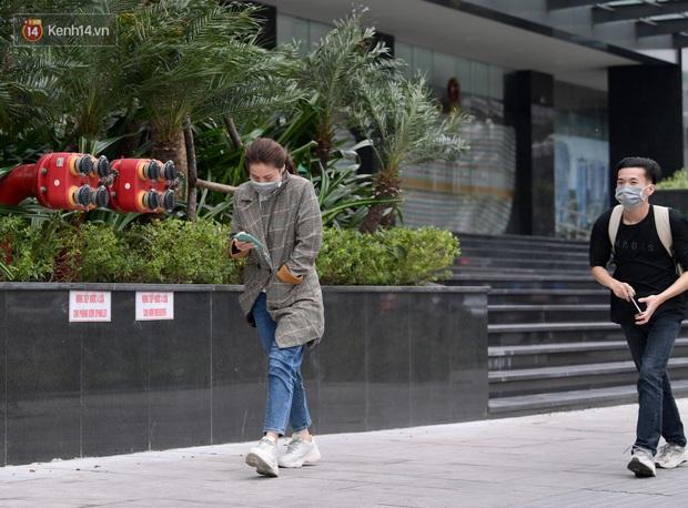 Chùm ảnh: Không khí lạnh rất mạnh tràn về, người dân Hà Nội co ro trong áo phao và những cái ôm - Ảnh 23.