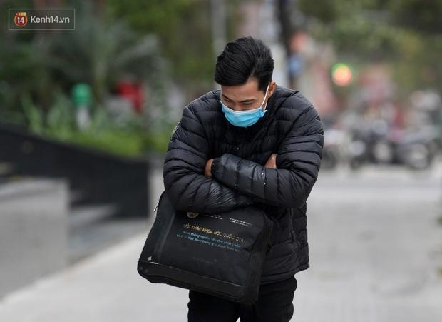 Chùm ảnh: Không khí lạnh rất mạnh tràn về, người dân Hà Nội co ro trong áo phao và những cái ôm - Ảnh 24.