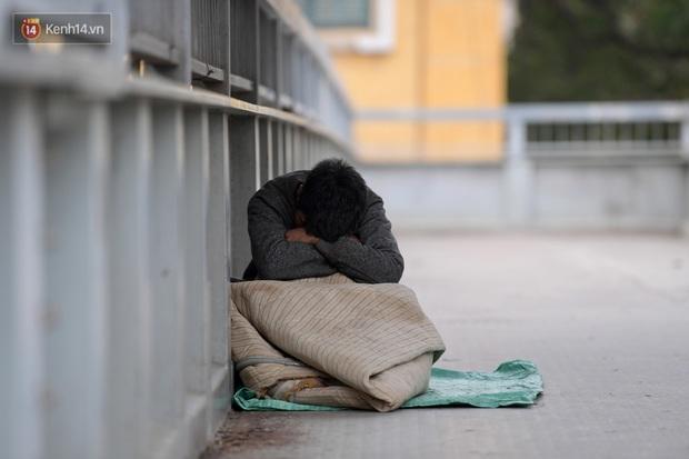 Chùm ảnh: Không khí lạnh rất mạnh tràn về, người dân Hà Nội co ro trong áo phao và những cái ôm - Ảnh 25.