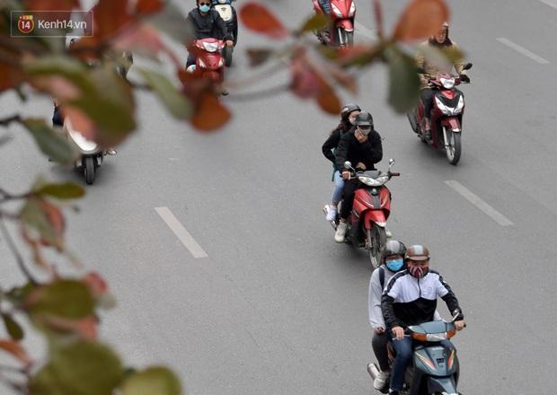 Chùm ảnh: Không khí lạnh rất mạnh tràn về, người dân Hà Nội co ro trong áo phao và những cái ôm - Ảnh 21.