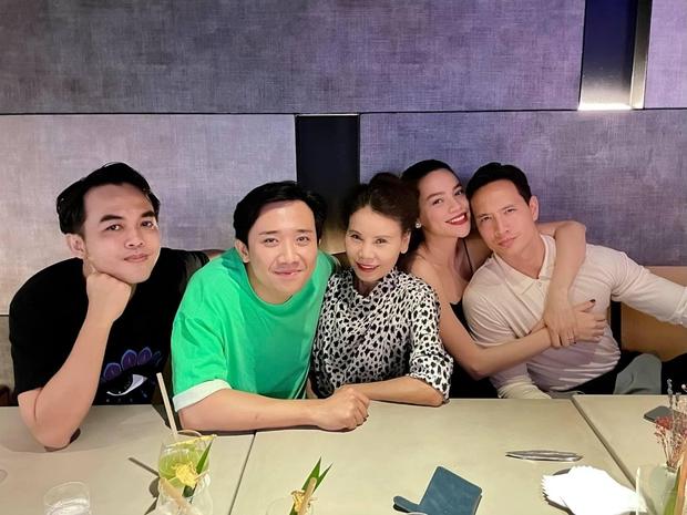 Trấn Thành tổ chức sinh nhật muộn cho vợ chồng Hà Hồ - Kim Lý, netizen xót xa vì nam MC miệng cười nhưng mắt đượm buồn - Ảnh 2.