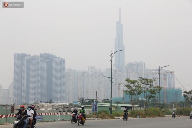 Chùm ảnh: TP.HCM mù mờ từ sáng đến trưa do ô nhiễm không khí, người dân cần che chắn kỹ khi ra đường - Ảnh 1.