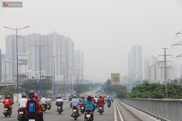 Chùm ảnh: TP.HCM mù mờ từ sáng đến trưa do ô nhiễm không khí, người dân cần che chắn kỹ khi ra đường - Ảnh 9.