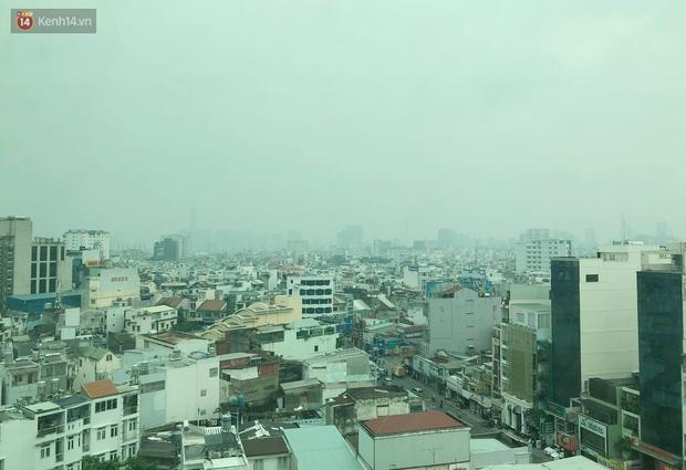 Chùm ảnh: TP.HCM mù mờ từ sáng đến trưa do ô nhiễm không khí, người dân cần che chắn kỹ khi ra đường - Ảnh 12.