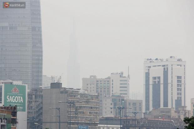 Chùm ảnh: TP.HCM mù mờ từ sáng đến trưa do ô nhiễm không khí, người dân cần che chắn kỹ khi ra đường - Ảnh 5.