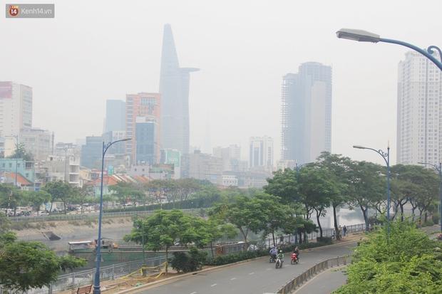 Chùm ảnh: TP.HCM mù mờ từ sáng đến trưa do ô nhiễm không khí, người dân cần che chắn kỹ khi ra đường - Ảnh 7.