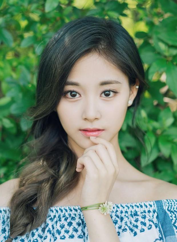 Sao Kbiz mặt bị lệch nhưng vẫn thành cực phẩm nhan sắc: Jennie, Irene, Tzuyu được tôn làm nữ thần, Kim Soo Hyun hot thấy lạ - Ảnh 4.