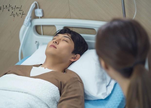 """Em gái """"trà xanh"""" trơ trẽn chăm chồng người ở preview Lừa Em, Cưng Tiêu Rồi!, """"bà cả"""" Jo Yeo Jeong thấy mà tức á - Ảnh 4."""