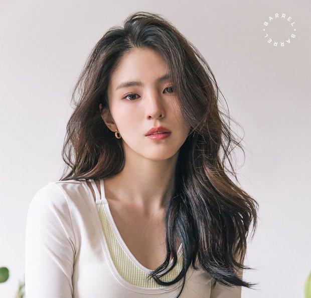 Sao Kbiz mặt bị lệch nhưng vẫn thành cực phẩm nhan sắc: Jennie, Irene, Tzuyu được tôn làm nữ thần, Kim Soo Hyun hot thấy lạ - Ảnh 6.