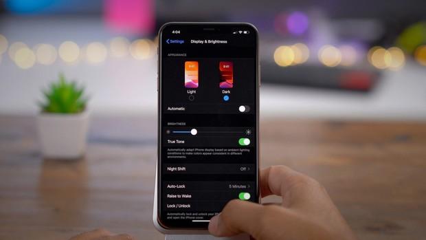 Dark Mode trên iOS thì cũng hay ho đấy, nhưng bạn đã biết cách để chuyển đổi tự động giữa 2 chế độ chưa? - Ảnh 1.