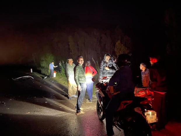 Ô tô con lao xuống vệ đường sau cú đối đầu với xe tải, tài xế tử vong kẹt trong xe - Ảnh 2.