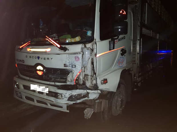 Ô tô con lao xuống vệ đường sau cú đối đầu với xe tải, tài xế tử vong kẹt trong xe - Ảnh 3.