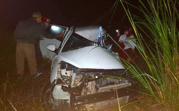 Ô tô con lao xuống vệ đường sau cú đối đầu với xe tải, tài xế tử vong kẹt trong xe - Ảnh 1.