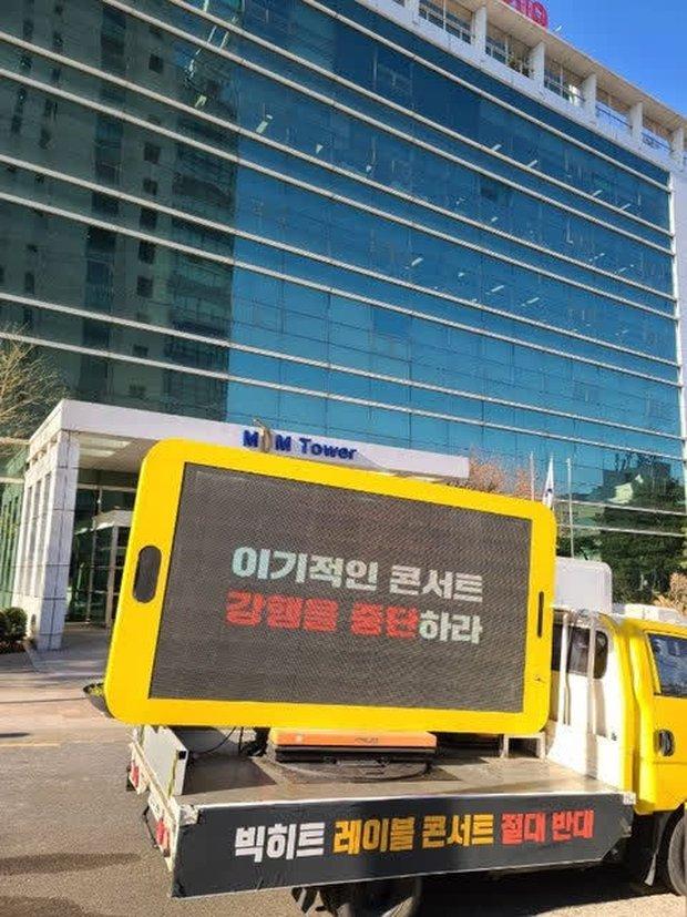 Knet lên án việc fan BTS thuê xe phản đối trước cửa Big Hit, ARMY Hàn muối mặt chối đây đẩy: Chỉ là một nhóm quá khích? - Ảnh 2.