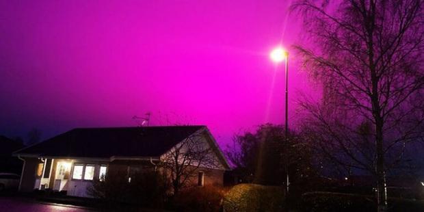 Bầu trời Thụy Điển bất ngờ chuyển sang màu tím lạ - Ảnh 1.