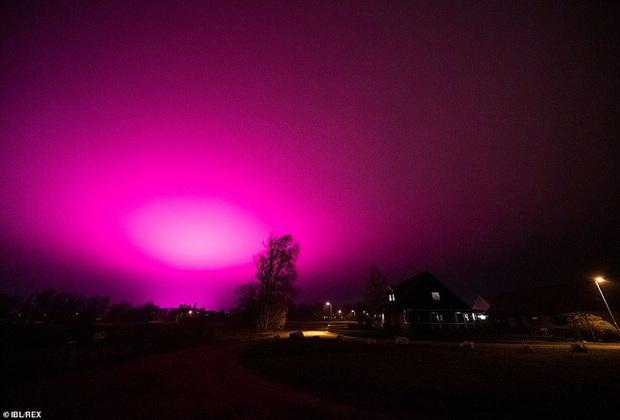 Bầu trời Thụy Điển bất ngờ chuyển sang màu tím lạ - Ảnh 2.