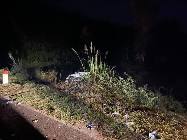 Ô tô con lao xuống vệ đường sau cú đối đầu với xe tải, tài xế tử vong kẹt trong xe - Ảnh 4.
