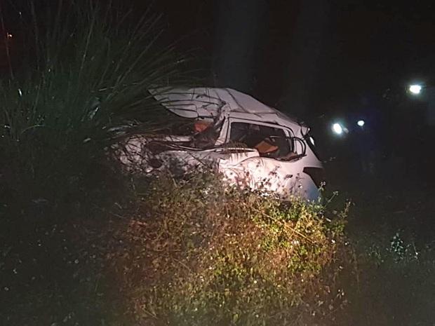 Ô tô con lao xuống vệ đường sau cú đối đầu với xe tải, tài xế tử vong kẹt trong xe - Ảnh 5.