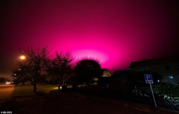 Bầu trời Thụy Điển bất ngờ chuyển sang màu tím lạ - Ảnh 4.