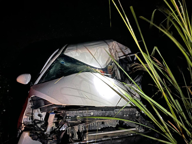 Ô tô con lao xuống vệ đường sau cú đối đầu với xe tải, tài xế tử vong kẹt trong xe - Ảnh 6.