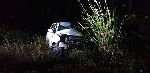 Ô tô con lao xuống vệ đường sau cú đối đầu với xe tải, tài xế tử vong kẹt trong xe - Ảnh 7.