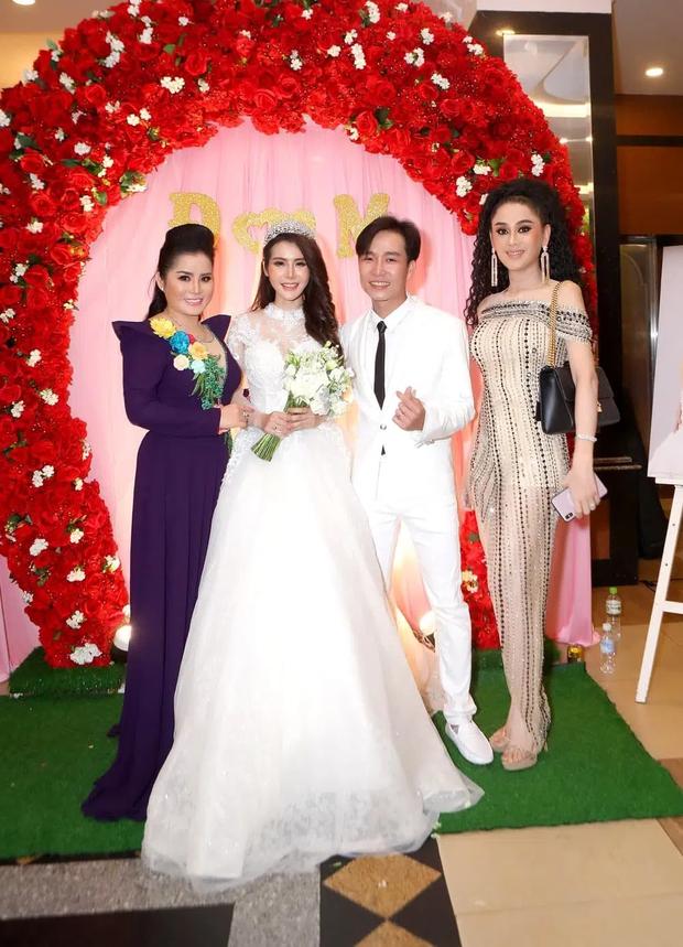 Đi đám cưới tình cũ Quý Bình, Lâm Khánh Chi thay tới 2 bộ váy cắt khoét hiểm hóc, chỉ vì đôi cao gót khủng mà xém chút thì vồ ếch - Ảnh 8.