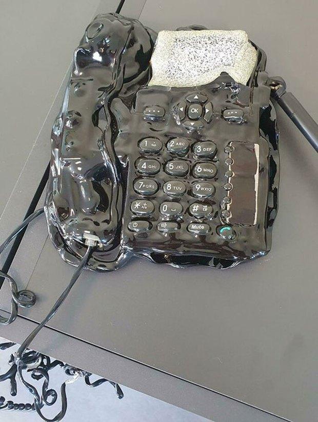 Hình ảnh những món đồ công nghệ bị tra tấn đến mức nhìn là thấy đau - Ảnh 2.