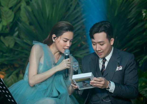 Trấn Thành tổ chức sinh nhật muộn cho vợ chồng Hà Hồ - Kim Lý, netizen xót xa vì nam MC miệng cười nhưng mắt đượm buồn - Ảnh 4.