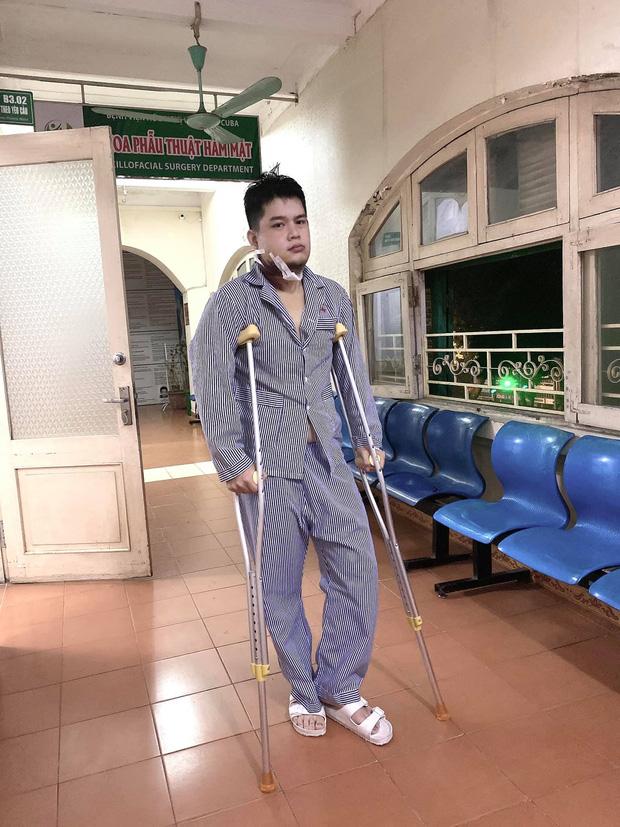 Long Chun cập nhật hình ảnh trong bệnh viện, thể hiện tinh thần lạc quan, còn định làm series Anh Bệnh Nhân Sưng Má - Ảnh 1.