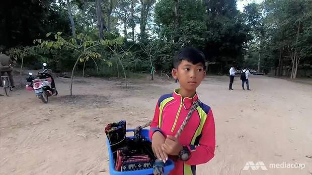 Cuộc sống của cậu bé bán hàng rong nói được 16 thứ tiếng ở Campuchia gây bão MXH năm đó giờ như thế nào? - Ảnh 2.