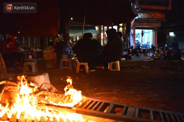 Chùm ảnh: Người Hà Nội đốt lửa trong đêm rét nhất từ đầu mùa, nhiệt độ dưới 12 độ C - Ảnh 12.