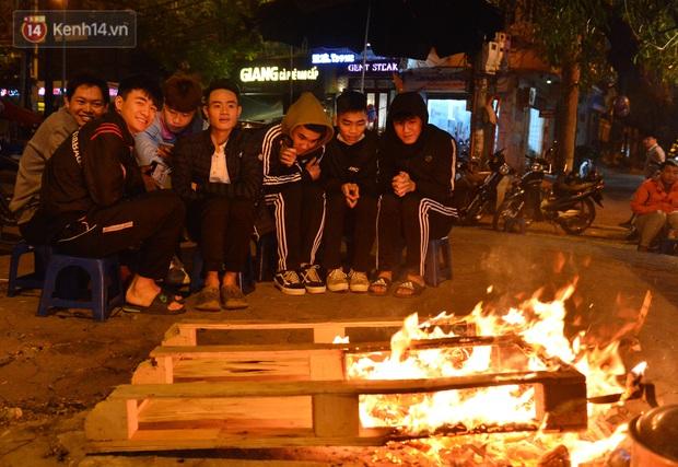 Chùm ảnh: Người Hà Nội đốt lửa trong đêm rét nhất từ đầu mùa, nhiệt độ dưới 12 độ C - Ảnh 5.