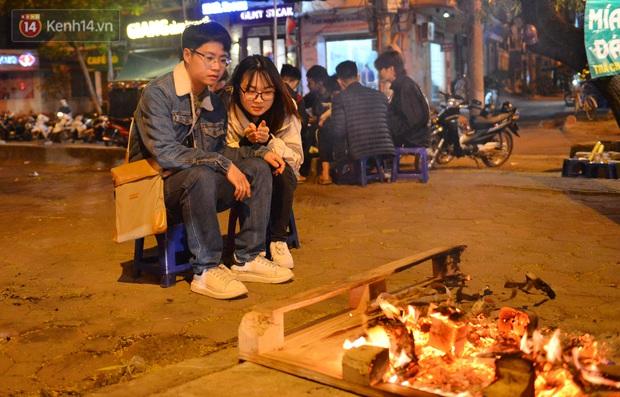 Chùm ảnh: Người Hà Nội đốt lửa trong đêm rét nhất từ đầu mùa, nhiệt độ dưới 12 độ C - Ảnh 7.