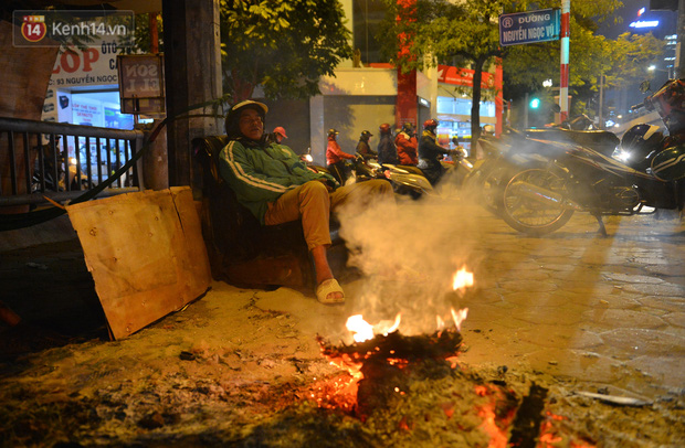 Chùm ảnh: Người Hà Nội đốt lửa trong đêm rét nhất từ đầu mùa, nhiệt độ dưới 12 độ C - Ảnh 3.