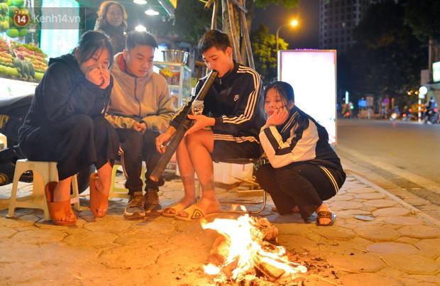 Chùm ảnh: Người Hà Nội đốt lửa trong đêm rét nhất từ đầu mùa, nhiệt độ dưới 12 độ C - Ảnh 6.