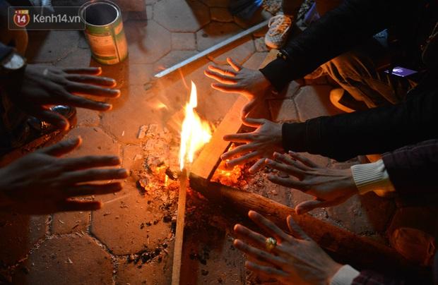 Chùm ảnh: Người Hà Nội đốt lửa trong đêm rét nhất từ đầu mùa, nhiệt độ dưới 12 độ C - Ảnh 11.