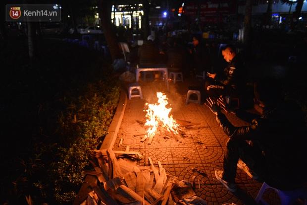 Chùm ảnh: Người Hà Nội đốt lửa trong đêm rét nhất từ đầu mùa, nhiệt độ dưới 12 độ C - Ảnh 9.