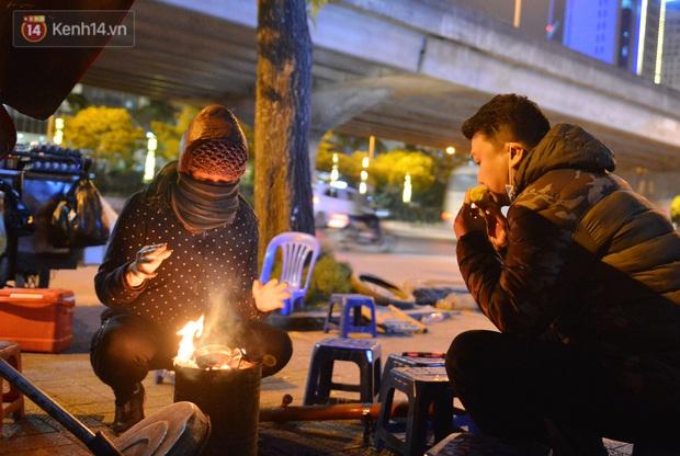 Chùm ảnh: Người Hà Nội đốt lửa trong đêm rét nhất từ đầu mùa, nhiệt độ dưới 12 độ C - Ảnh 2.