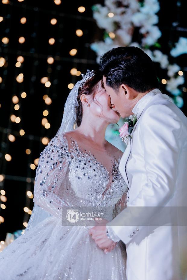 Loạt ảnh cưới lần đầu được công bố của Quý Bình và bà xã doanh nhân: Nụ cười đến giọt nước mắt đều tràn ngập hạnh phúc! - Ảnh 8.