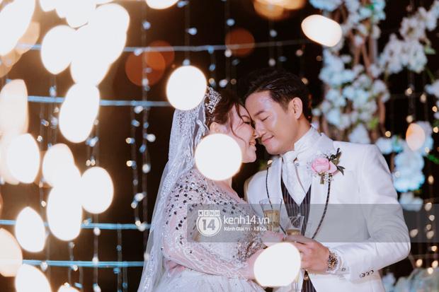 Loạt ảnh cưới lần đầu được công bố của Quý Bình và bà xã doanh nhân: Nụ cười đến giọt nước mắt đều tràn ngập hạnh phúc! - Ảnh 10.