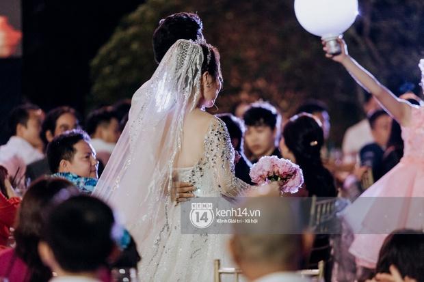 Loạt ảnh cưới lần đầu được công bố của Quý Bình và bà xã doanh nhân: Nụ cười đến giọt nước mắt đều tràn ngập hạnh phúc! - Ảnh 6.