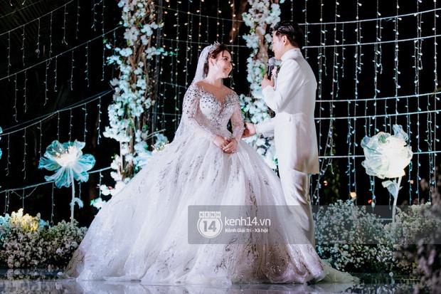 Loạt ảnh cưới lần đầu được công bố của Quý Bình và bà xã doanh nhân: Nụ cười đến giọt nước mắt đều tràn ngập hạnh phúc! - Ảnh 11.