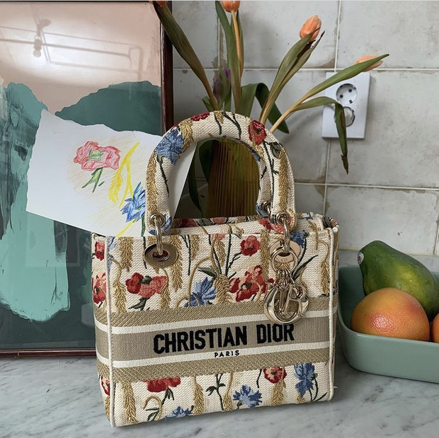 Jisoo (BLACKPINK) lại chiêu đãi fan bằng loạt hình ảnh không thể ngọt ngào hơn trong những thiết kế mới nhất của Dior - Ảnh 4.