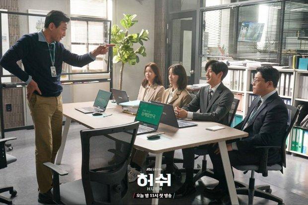 """Hush của Hwang Jung Min - Yoona bóc trần thấm thía nghề báo: """"Ngòi bút mạnh hơn súng, nhưng cơm mạnh hơn ngòi bút!"""" - Ảnh 4."""