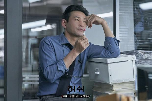 """Hush của Hwang Jung Min - Yoona bóc trần thấm thía nghề báo: """"Ngòi bút mạnh hơn súng, nhưng cơm mạnh hơn ngòi bút!"""" - Ảnh 14."""