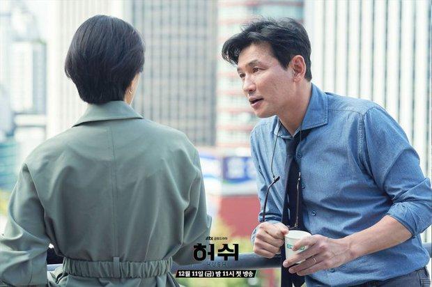"""Hush của Hwang Jung Min - Yoona bóc trần thấm thía nghề báo: """"Ngòi bút mạnh hơn súng, nhưng cơm mạnh hơn ngòi bút!"""" - Ảnh 13."""