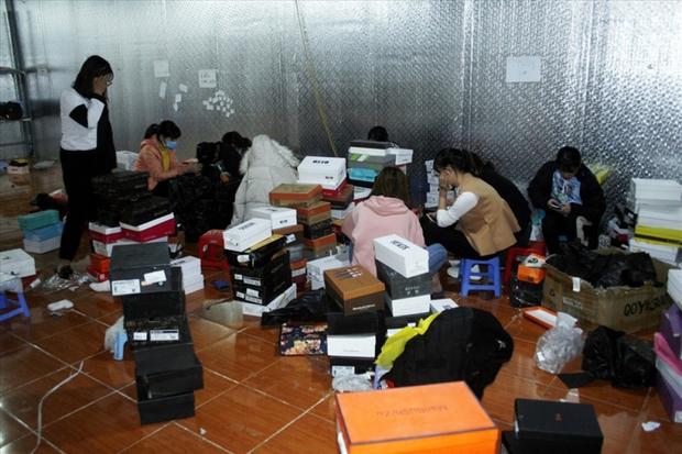 Đột kích kho hàng lớn ở Lào Cai, thu giữ hàng nghìn đôi giày, dép không rõ nguồn gốc - Ảnh 1.