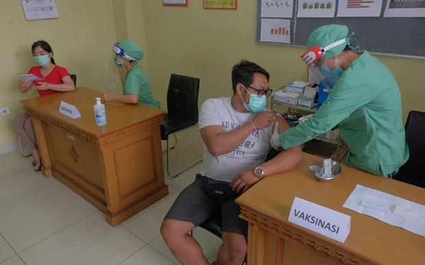 Indonesia sẽ cung cấp vaccine phòng Covid-19 miễn phí cho công dân - Ảnh 1.