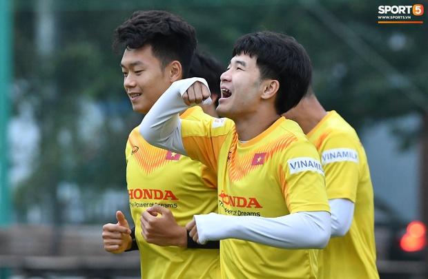 Hà Đức Chinh cà khịa Xuân Trường, làm trò vui khiến cả đội bật cười - Ảnh 5.